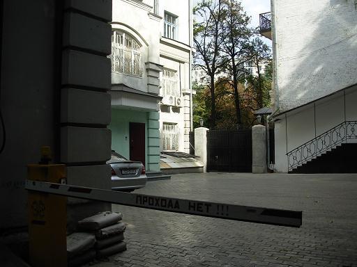 Перекриття проходу в дворику житлового будинку, центр Києва