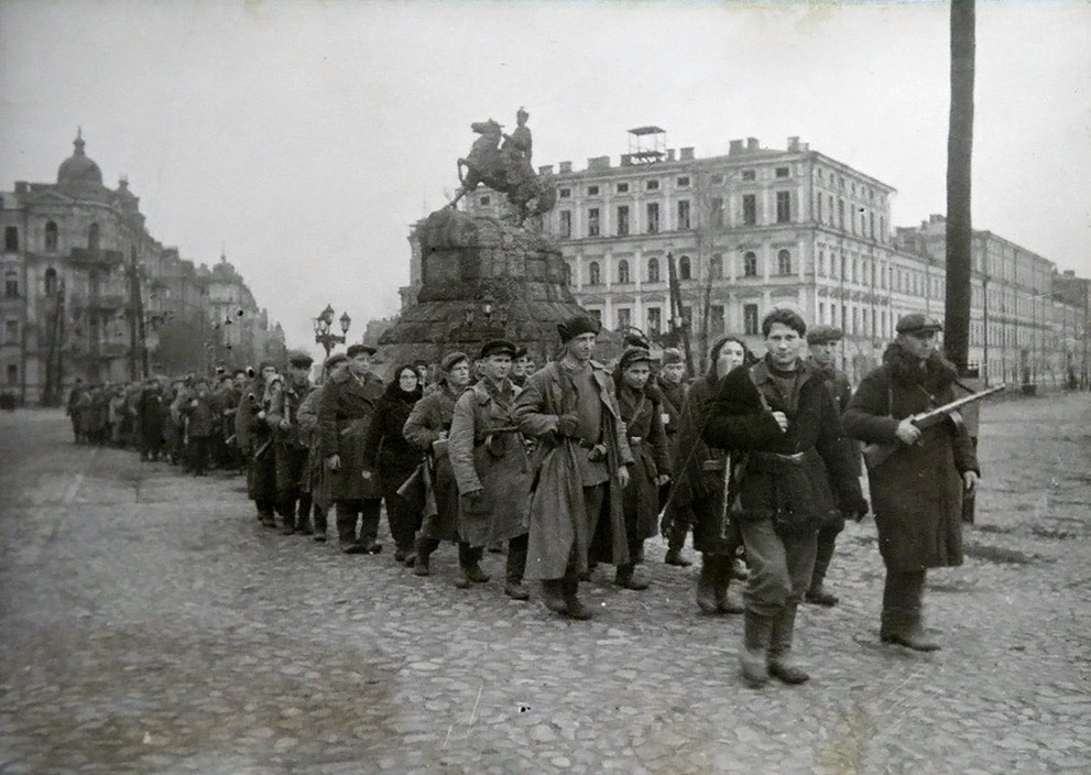soviet_partisans_guerillas_marching_1455511086
